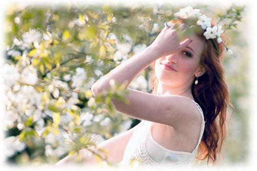 桜の中の女性