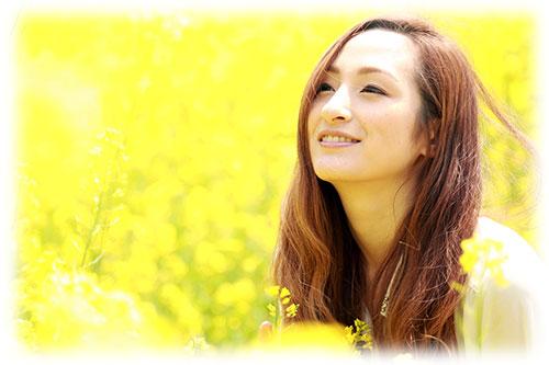 鼻の中の笑顔の女性
