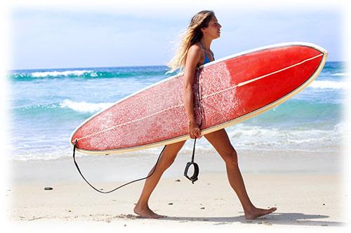 海を楽しむ女性
