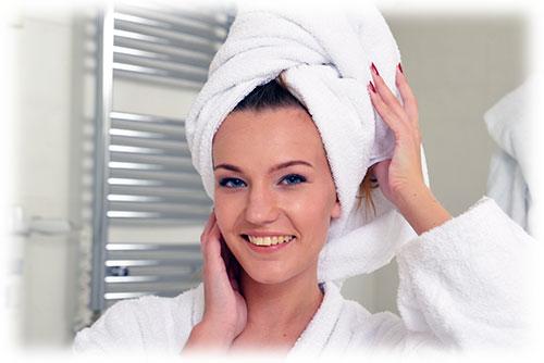 タオルを頭にまく女性(2)