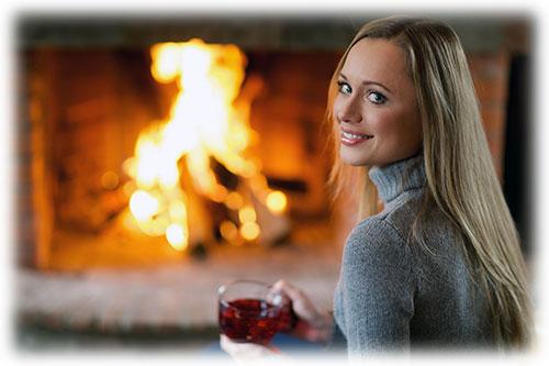 暖炉の前の笑顔の女性