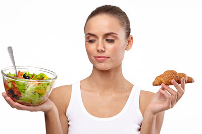 サラダを選ぶ女性